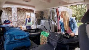 Tourneo connect mit umgelegten Sitzen wird gepackt für eine Reise